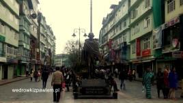 03- Gangtok, Ulica w centrum z pomnikiem Mahatmy Gandiego