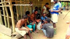 Kamerun, Pigmeje, wodz-mipagou-dzieli-suweniry