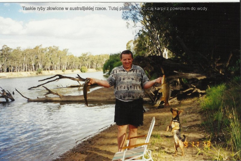 Taakie ryby zlowione w australijskiej rzece. Tutaj pisza nie wrzucaj karpii z powrotem do wody.