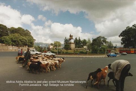 stolica Addis Abeba to jest plac przed Muzeum Narodowym.Pomnik cesaeza  Hajli Selasje na rondzie,