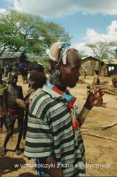 w uchu kolczyki z kabli elektrycznych,Afryka,Addis Abeba,plemiona , Omo,Hamar,Hamer,Mursi.Bana