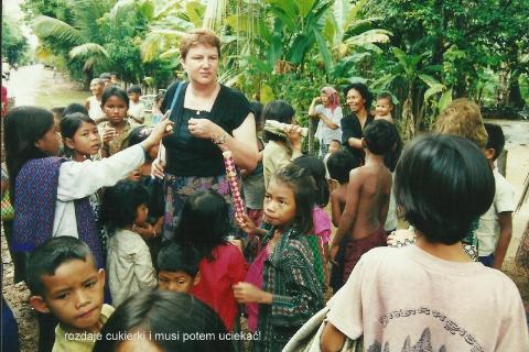 rozdaje cukierki i musi potem uciekac,daleki wschod,Azja,Pnom Pen, Angkr Vat, razim Pol Pota, oboz konnentracyjny, Mekong,podroznik,