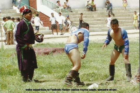 walka zapasnicza ,na Festiwalu Nadam ,(sedzia trzyma czapki, specjalne stroje),