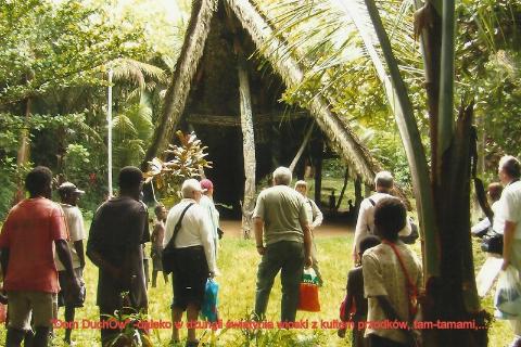 'Dom Duchow' , daleko w dzungli, swiatynia wioski z kultem przodkow, tam-tamami,