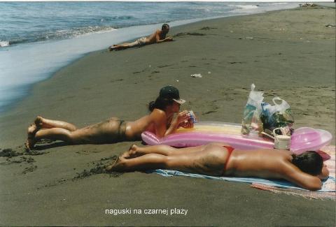 naguski na czarnej plaży