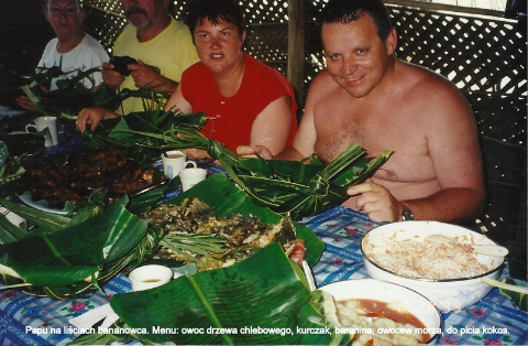 Papu na lisciach bananowca. Menu, owoc drzewa chlebowego, kurczak, baranina, owoce morza, do picia kokos.