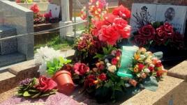 07 - porcelanowe kwiaty na cmentarzu w Cayenne