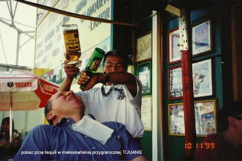 pokaz picia tequili, w meksykanskim przygranicznej TIJUANIE,